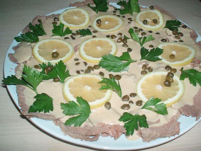 La ricetta del vitello tonnato, o vitel toné é uno dei piatti tipici della cucina del Piemonte. Si prepara con il magatello di girello e la salsa tonnata che la guarnisce e viene preparata con uova sode, limone, acciughe e capperi.