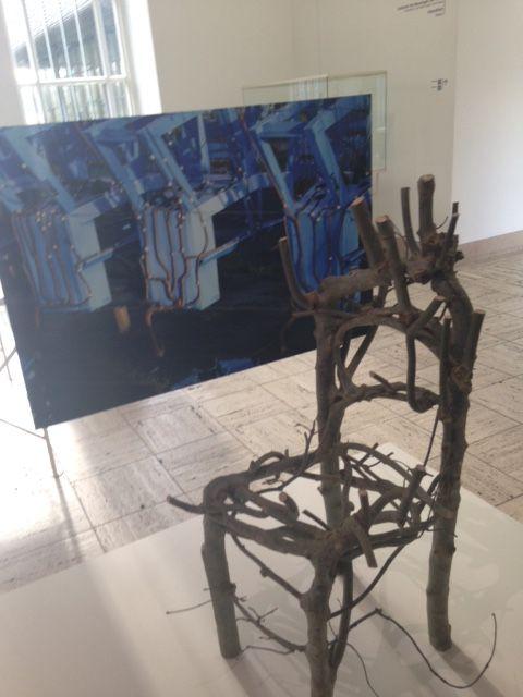hier zie je een stoel gemaakt van bomen. Om deze stoel te laten groeien is er 7 jaar voor nodig geweest. De takken van de boom werden gebogen tijdens dat ze groeiden. En zo werd het na 7 jaar een stoel. Misschien een toekomstig meubel idee?