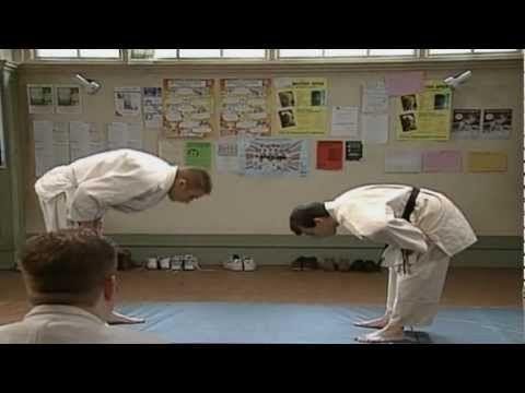 Mr. Bean komt voor het eerst op judo en weet de judoleraar te verrassen en in te pakken.
