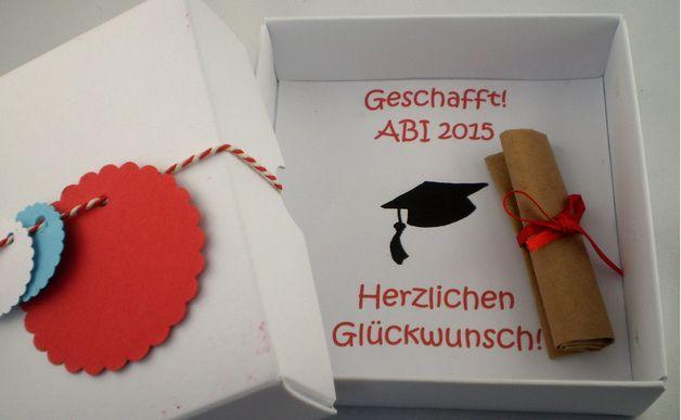 """Endlich! Das Abitur ist bestanden...  In der kleinen Geschenk-Box befindet sich passend zur abgebildeten """"Graduation cap"""" eine Rolle die aussieht wie ein Diplom/Zeugnis.  Die Rolle ist eine..."""
