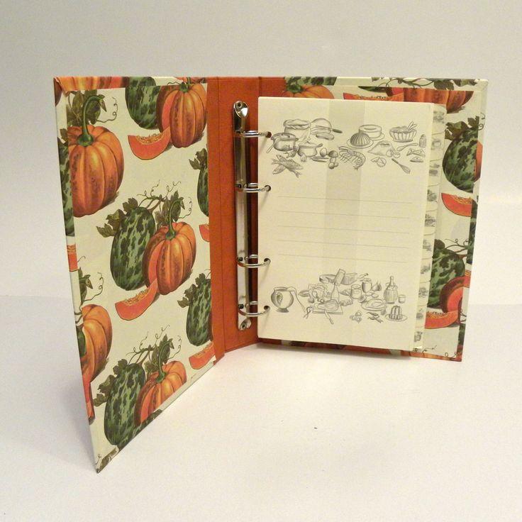Ricettario da cucina. http://www.papermoonmo.it/it/ricettari-da-cucina/182-ricettario-da-cucina-con-dorso-in-tela-canapetta-arancio-e-copertina-rivestita-di-carta-con-stampa-zucche.html