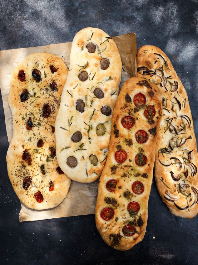 Mediterranean bread dough: 750 g flour (tipo 00), 2 tsp salt, approximately 475 ml of warm water, 2 shoots extra virgin olive oil, 10 g dried yeast, filling: 6 to 8 cherry tomatoes, 10 green or black pitted olives, 1 jar sundried tomatoes in olive oil, ½ red onion, 1 bunch rosemary, 1 tbsp oregano (dried), 1 tbsp pesto, sea salt Turn the plate with loaves for about 15 min in an oven lukewarm 122° to rise. Take out the plate and preheat the oven to 400 ° . Bake for about 20