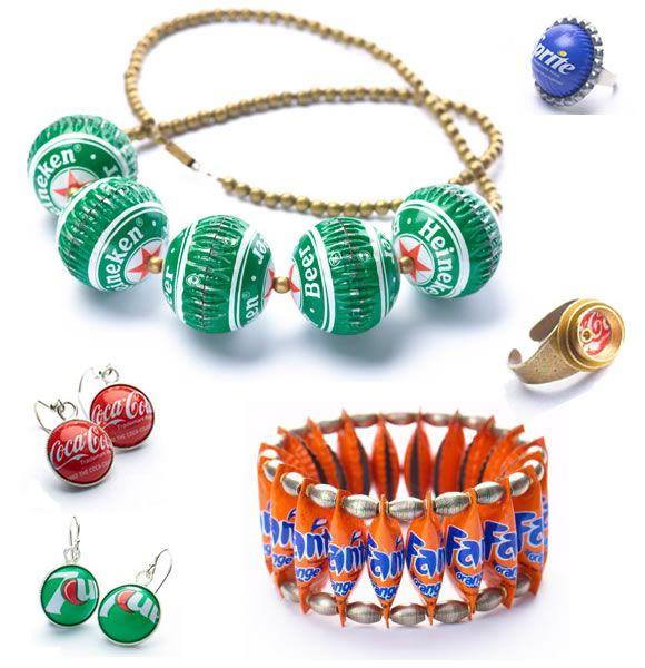 fabulosa colección de joyería realizada con tapas de cervezas y refrescos de todo el mundo;
