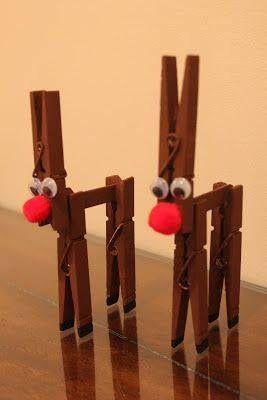 3 wasknijpers en een ijsstokje bruin verven 2 wiebeloogjes en een rode pompon voor de neus.