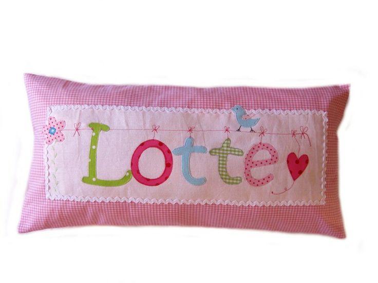 Made by CARLOTTA-SCHOKOMILCH Dieses  Kissen, mit eurem individuellen Namen und einer Applikation, ist ein liebevoller Hingucker im Kinderzimmer.  Als Geschenk, zur Geburt, zum Geb