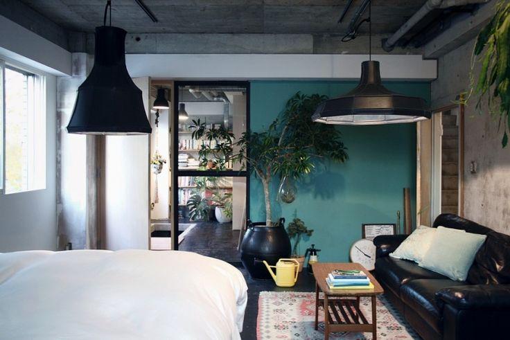 照明はオランダのデザイナー作。ビルをリノベーションしたこの部屋のスケールに合ってます。
