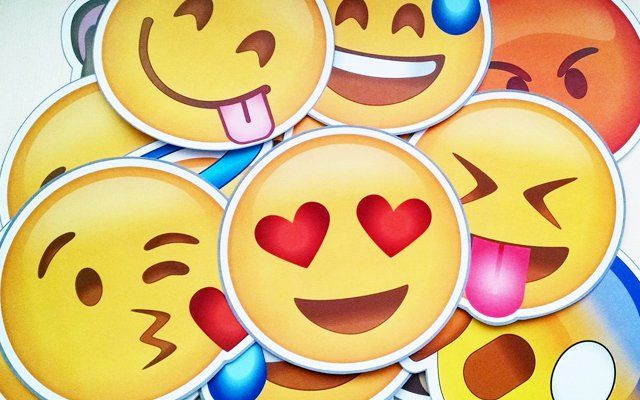 Seguro le has dado un concepto personal a estos iconos, pero la verdad es que existe un original significado de los emoticones de WhatsApp.