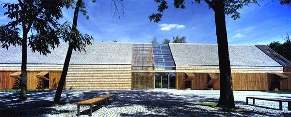 Budynek administracyjno – recepcyjny Muzeum Wsi Opolskiej, zaprojektowany przez biuro db2 architekci to przykład ciekawego połączenia tradycyjnego śląskiego budownictwa z nowoczesnymi rozwiązaniami formalnymi. Elewacja powstała w wyniku nałożenia na siebie trzech warstw materiału. Jej podział zainspirowała klasyczna śląska stodoła z klepiskiem i sąsiekami, z drewnianymi wrotami na osi. Rdzeń budynku stanowi współczesna konstrukcja, uzupełniona przeszkleniami, które wpuszczają do środka…