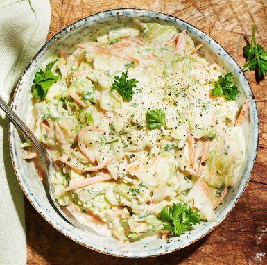 Coleslaw i ett lite nyttigare recept med kvarg istället för majonnäs. Spetskål eller färsk vitkål går lika bra, bladpersiljan ger en frisk smak och den goda röran piffas upp med en touch av fransk senap.