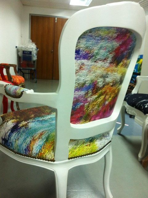 sehr schön. Awesome chair - wish I could see it from the front.