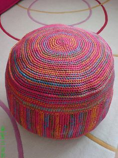 Puff a ganchillo - Patrón PDF (Español) - Ravelry: http://www.ravelry.com/patterns/library/sitting-bag--puff--pouf <3