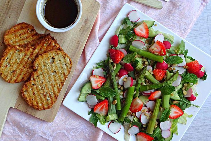 Lente salade met aardbei en groene asperges