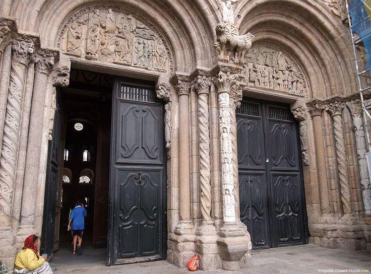 As duas portas da fachada das Praterias. No tímpano da porta de esquerda, encontra-se uma representação de Cristo a ser tentado pelos demónios. À direita, está representada a Paixão de Cristo. Os pedintes aproveitam esta porta muito usada pelos turistas para vir aqui pedir esmola.