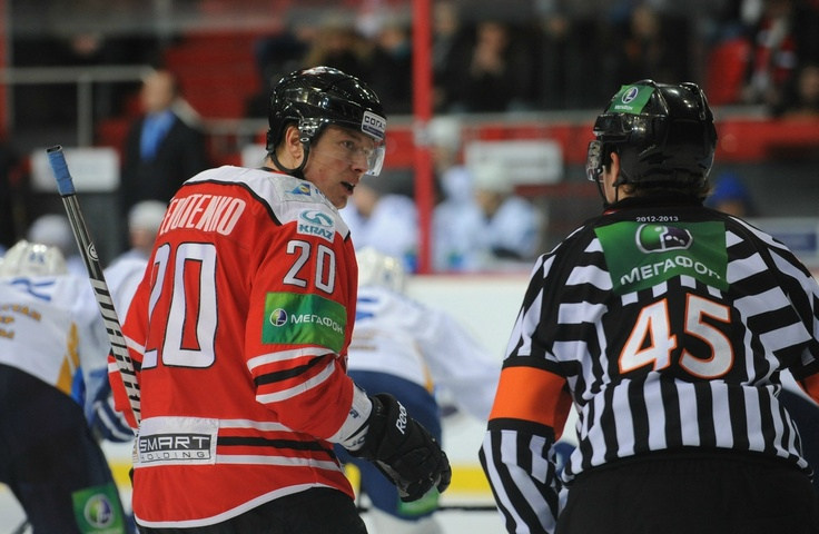I always forget this guy's a Flyer now. #HCDonbass captain Ruslan #Fedotenko argues with #referee during the game vs #Barys