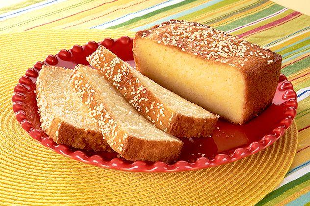 Quesadilla Salvadoreña - En El Salvador, la quesadilla se sirve tradicionalmente para acompañar el café. No está hecha con tortillas, como el bocadillo mexicano, y es más parecida a un pastel dulce o bizcocho, que al pan. Se prepara principalmente con queso fresco recién rallado, un tipo de queso fresco de estilo artesanal, harina de arroz, azúcar y crema.