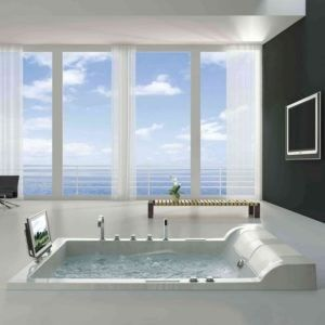 Blauer Himmel und weiße Wolken scheinen der letzte Schliff für das luxuriöse Badezimmer.