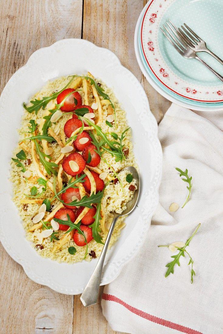 Couscoussalat mit Erdbeeren und Rucola | Zeit: 35 Min. | http://eatsmarter.de/rezepte/couscoussalat-mit-fruechten-und-rucola