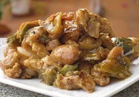 Deliciosa Receta Colombiana: Pollo a la Almendra Preparación En una sartén con poco aceite dorar las almendras con piel, se apartan en un plato. Asar el tomate, quitarle la piel y añadirlo en la licuadora, con la almendra, la canela, la pimienta y sal. Esta mezcla se agrega al pollo crudo. Se mete al horno durante 1 hora y a 200 grados. http://www.colombia.com/gastronomia/asi-sabe-el-mundo/plato-fuerte/sdi145/84799/pollo-a-la-almendra