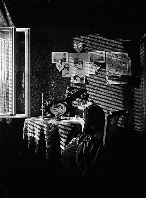 Sun Rays, Paula, Berlin by Alfred Stieglitz (American, 1864–1946) http://www.moma.org/collection/browse_results.php?criteria=O%3AAD%3AE%3A5664&page_number=2&template_id=1&sort_order=1 - More at http://www.moma.org/collection/artist.php?artist_id=5664 (Thx Brigitte)