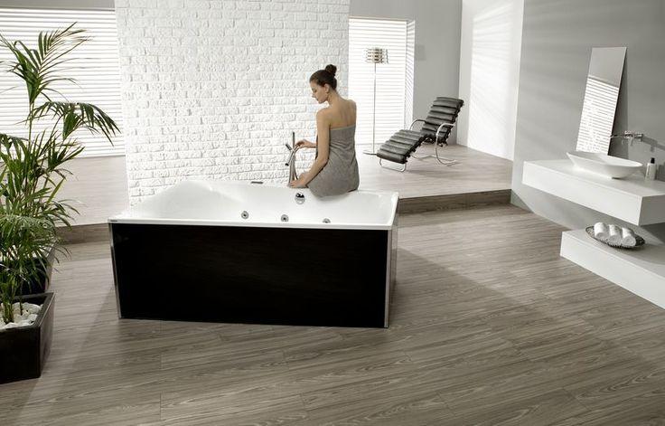 Отдельно стоящая акриловая ванная с гидромассажем с современном стиле. Подвесная мебель с накладной раковиной и встроенным в стену смесителем. #акриловая_ванна #гидромассаж #подвесная_мебель_в_ванну_комнату #мебель_для_ванной #накладная_раковина