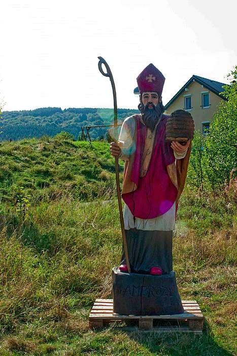 Epic Bischofsstatue auf dem Weg zur Imkerei auf golocal de