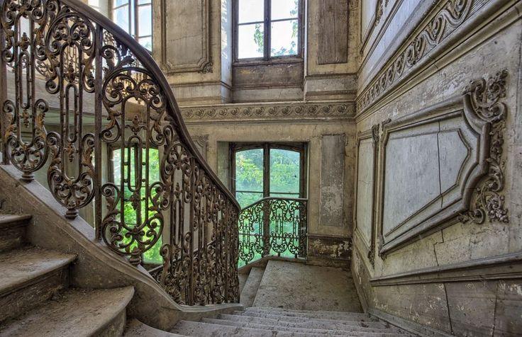Legutóbbi tulajdonosa néhány év után rájött, hogy képtelen fedezni a kastély felújításának költségeit, és elhagyta az óriási épületet. Ennek már harmincegy éve.