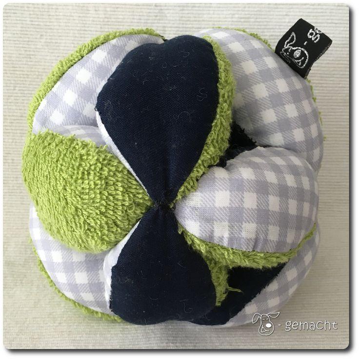 Der Krümel (mein Neffe) hat einen Greifball bekommen! Er besteht aus 3 verschiedenen Stoffen: aus grünem Frottee, dunkel-blauer und hellblau-karierter Baumwolle. Er ist ebenso wie mein erster genäh…