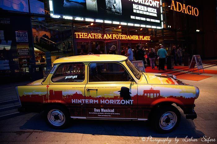Trabant vor einem Theater in Berlin. Für Udo Lindenberg für sein Musical Hinterm Horizont. https://www.l-seifert.de/autos/Trabant.html Bilder und Grußkarten, Pictures and Greeting cards