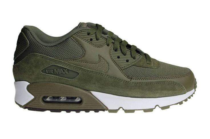 De meest populaire schoenen van Nederland in een van de meest gewilde kleur: de Nike Air Max 90 Essential in het legergroen. Bestemd voor de heren.