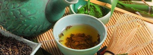 Picie zielonej herbaty lub przyjmowanie ekstraktu w postaci suplementów pomaga w odchudzaniu. Aby zrzucić ok. 2 kg w ciągu 8 tygodni należy codziennie pić przynajmniej 4 filiżanki naparu. Takie same efekty można uzyskać przyjmując ekstrakt w tabletkach. Co takiego ma zielona herbata, że osoby z nadwagą mogą dzięki niej po dwóch miesiącach włożyć numer mniejsze ubranie? Katechiny.  więcej: http://www.solgar.pl/wiedza/fitness/schudnij-z-zielona-herbata