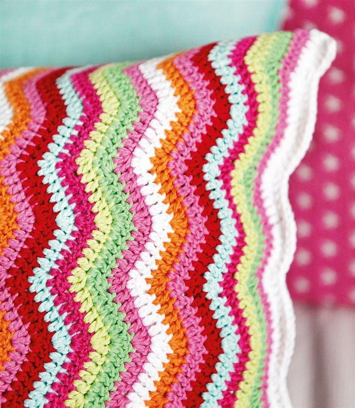 Cojín de ganchillo detalladaTejer una almohada zigzag HÁGALO USTED MISMO | Es bueno mezclar cojines en diferentes materiales y diseños. Esta pequeña almohada Missoniinspirerade en zigzag, se puede tejer a ti mismo.