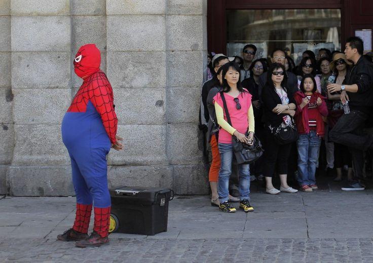 Si arrampica sui grattacieli e salta fulmineo da uno all'altro usando la sua ragnatela; l'Uomo Ragno lo conosciamo così: agile e snello. Completamente diverso da questo singolare artista spagnolo, in evidente sovrappeso che, vestito da Spiderman, attira l'attenzione di turisti e passanti nell