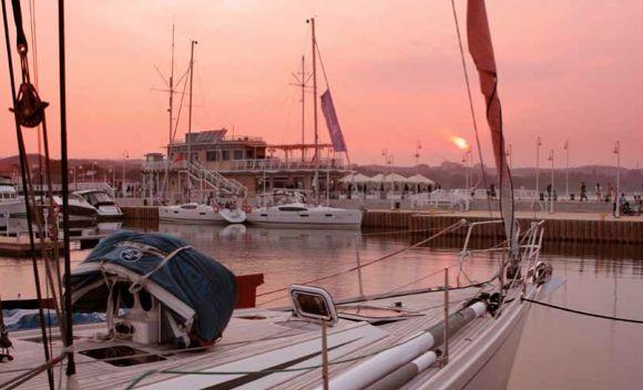 Meridian Molo o zachodzie słońca. Widok z przystani jachtowej