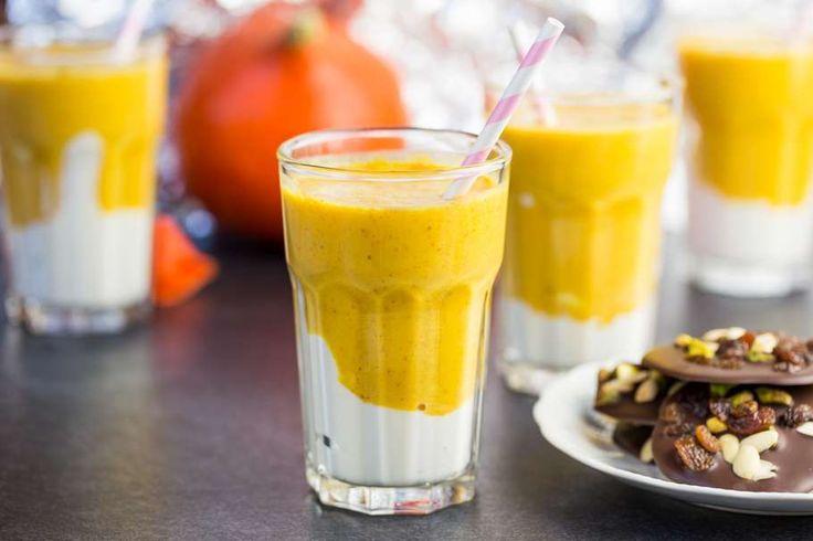 Recept voor spicy herfst ontbijtsmoothie voor 4 personen. Met bakpapier, banaan, kwark, sojamelk, pompoen, kaneel, gemberpoeder, kurkuma, dadel, studentenhaver en pure chocolade