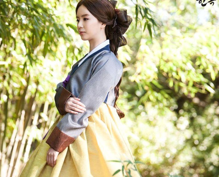 Korean traditional clothes.[한복] #가을한복 #여자한복 #베틀한복 #hanbok #korean #autumn #picture #brown