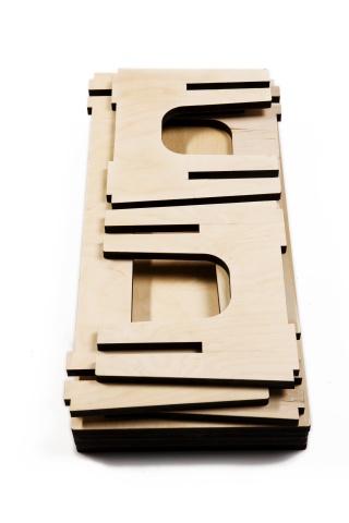 MOBILI IN BETULLA individuano nella semplicità e nell'essenzialita' i temi del progetto, nella consapevolezza che semplificare vuol dire ridurre i costi, diminuire i tempi di lavorazione, di montaggio, di finitura. La qualita' estetica rappresenta la diretta conseguenza della tecnica realizzativa utilizzata, dove il taglio laser, bruciando i bordi del multistrato, definisce i profili laterali.