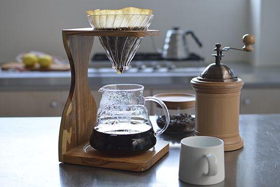 円すいの形をしたコーヒードリッパーをカフェで見かけたことはありませんか?それは、「HARIO(ハリオ)」のV60というシリーズのアイテムかもしれません。ハリオは、日本の耐熱ガラスメーカーが手がけるコーヒー器具のブランド。プロの愛用者も多いハリオの魅力に迫ってみました!ご自宅で本格的な味を楽しめるコーヒー器具をご紹介します。