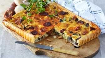 Nydelig oppskrift på en god pai for deg som er glad i pølser. En sterk chorizo setter en spiss på paien.    Teste med VeganEGG