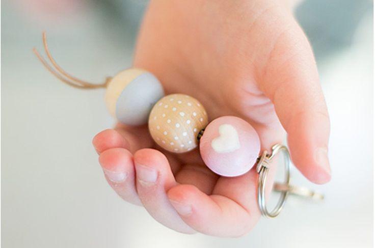 Le petit cadeau rapide et facile à faire soi-même… Pour offrir ou pour garder pour soi… ;) Des perles en bois, de la peinture acrylique, un cordon en cuir, un anneau de porte-clés, des feutres perm…