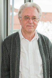 Gerd Anthoff (* 12. August 1946 in München) ist ein bayerischer Fernseh-, Theater- und Volksschauspieler. Ab 1987 tritt Anthoff auch im Fernsehen auf, so in der Serie Der Alte (Wie das Leben so spielt), oder 1989, als er die Titelrolle in der Joseph-Filser-Reihe des Bayerischen Fernsehens erhielt. Seither wirkte er u. a. in den beliebten BR-Serien Löwengrube als Kriminaloberinspektor Deinlein, Die Hausmeisterin und Café Meineid mit. Deutschlandweit bekannt wurde er spätestens in der Rolle…