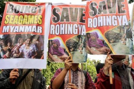 """Umat Budha Malang Serukan Seluruh Vihara di Indonesia Pasang Spanduk """"Save Rohingya""""     antarafoto-Aksi-Save-Rohingya-270712-ds-1 (Antara Foto) Eramuslim.com"""