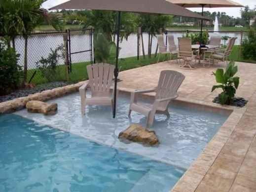 Créez un espace peu profond dans votre piscine pour pouvoir lire et discuter les pieds dans l'eau.