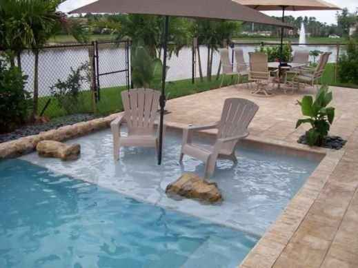 Créez un espace peu profond dans votre piscine pour pouvoir lire et discuter les pieds dans l'eau.   38 idées géniales pour transformer votre maison