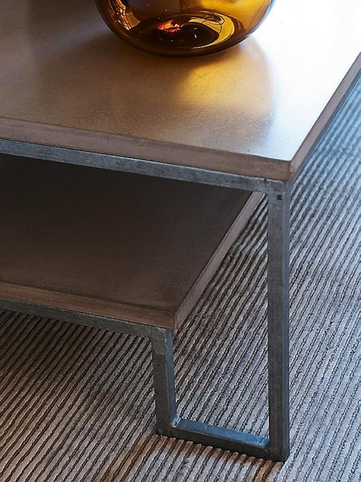 RÅ KONRASTER: Stuebordet Mystic fra Palma, i stål og betong, blir ekstra tydeliggjort, fordi det står på et håndknyttet teppe av viskose og New Zealand-ull.Teppet heter Golden Floor og er modell 5-10/42 fra Kongelf Carpet.