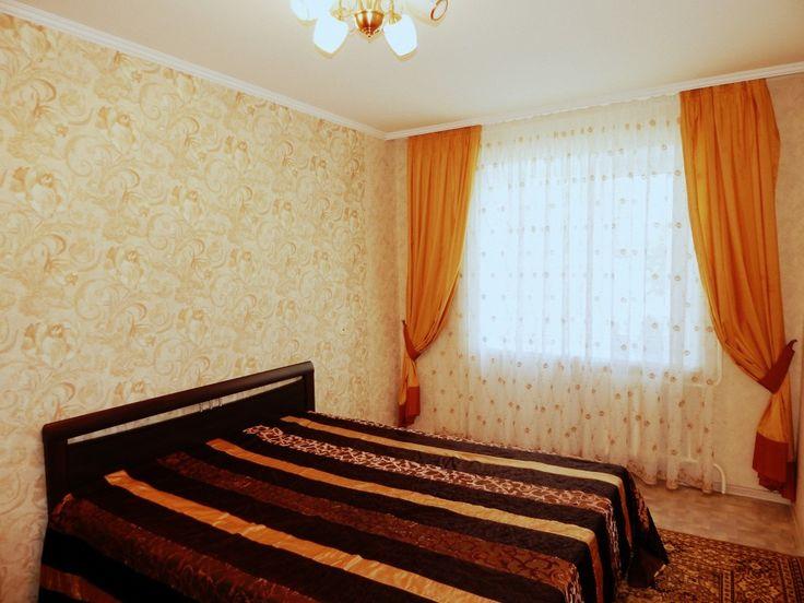 Предлагаем для долгосрочной аренды в Ставрополе  2 - комнатная квартира по адресу Добролюбова 19, Комсомольская , ремонт современный,встроенная кухня, 2-х спальная кровать, мягкая мебель, новая мебель, общей площадью 50.5 кв.м, дом Новый кирпич, Центральное отопление, Газ-плита, наличие бытовой техники - стиральная машина (+), холодильник (+), телевизор (+),парковка стихийная, номер объявления - 35423, агентствонедвижимости Апельсин. Услуги агента только по факту заключения…