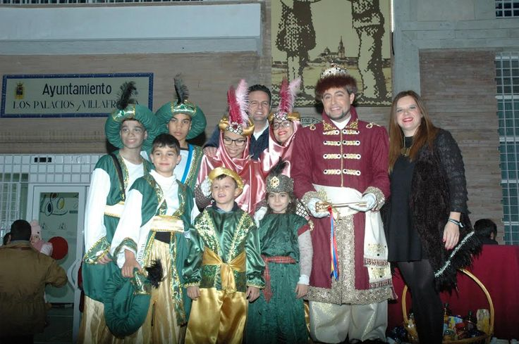 Sevilla (Los Palacios y Villafranca).- La Fiesta de los niños se trasladó este año al complejo polideportivo Jesús Navas, donde miles de niños fueron entregando sus cartas a los pajes reales de sus majestades los Magos de Oriente.