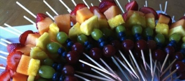 Receta de brochetas de frutas arco iris