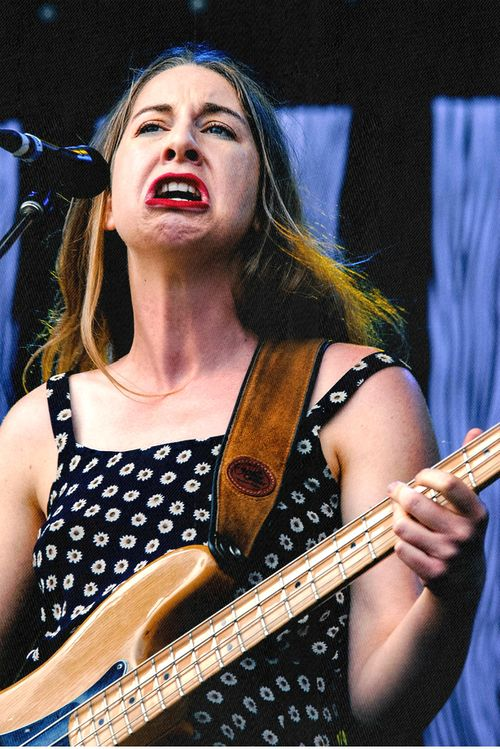 este haim just might be the coolest woman on earth