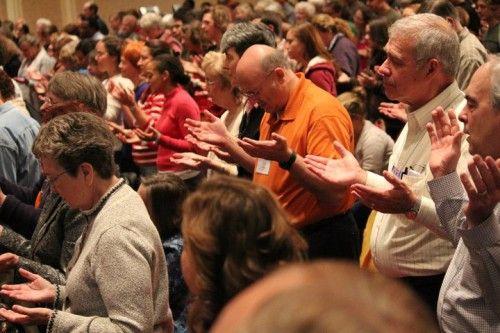 carismaticos orando en lenguas