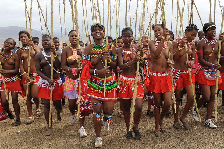 Africa | umkhosi womhlanga, Zulu reed dance in Enyokeni palace, South Africa | © Geert Henau